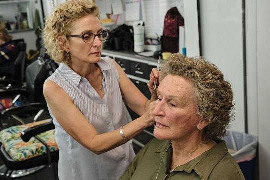 Za make-up a protézy se schovává ráda.