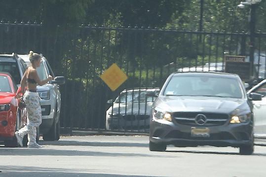 Dcera Lionela Richieho vyčkala na příjezd auta, které ji po noci strávené u popového idolu odvezlo domů.