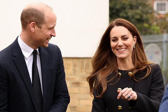 """Princ William s manželkou. """"Není divu, že vévodkyně Kate vypadá pořád tak šťastně,"""" komentovala vévodovu fotku jedna z žen."""