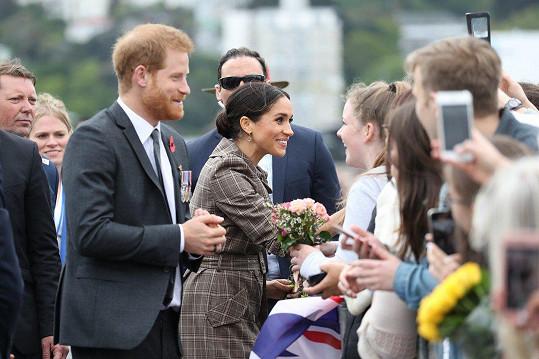 Na Harryho a Meghan čekaly davy lidí i ve Wellingtonu. Mnoho z nich vévoda a vévodkyně pozdravili.