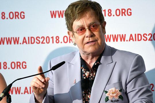 Elton John, který Harrymu a Meghan poskytl v Nice ubytování, uvedl, že přispěl na ekologické organizace, které se svými aktivitami snaží neutralizovat uhlíkové stopy.