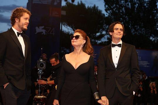 Herečku doprovodili synové Jack Henry (vlevo) a Miles.