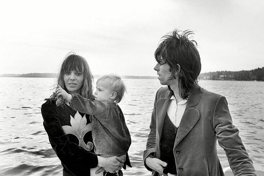Anita Pallenberg s Keithem Richardsem a jejich potomkem