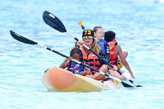 A své peníze si umí užít. Tentokrát ji fotograf zachytil na pláži v Karibiku, jak si užívá se svými dětmi.