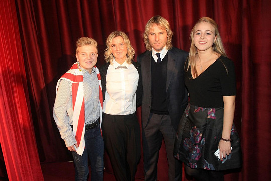 Pavel Nedvěd se synem Pavlem, manželkou Ivanou a dcerou Ivanou (zleva) na archivní fotce (2014)