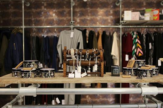 Adams prodává zboží za ceny mezi cca deseti a šedesáti librami.
