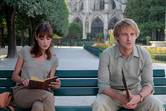 Carla Bruni a Owen Wilson ve filmu Půlnoc v Paříži.