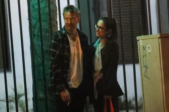 Matthew Perry se svou snoubenkou, se kterou se na veřejnosti moc neukazují.