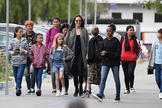 Angelina Jolie po návštěvě Disneylandu pokračovala v oslavách 11. narozenin dcery Shiloh výletem do muzea.