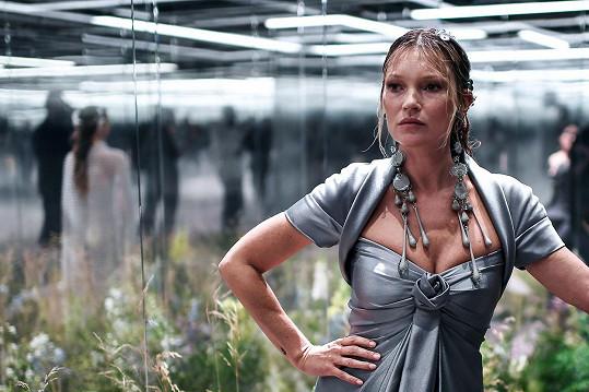 Modelky musely být od diváků odděleny sklem.