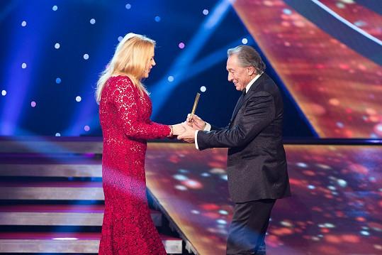 Havlová Karlu Gottovi předala v roce 2014 dalšího Zlatého slavíka.