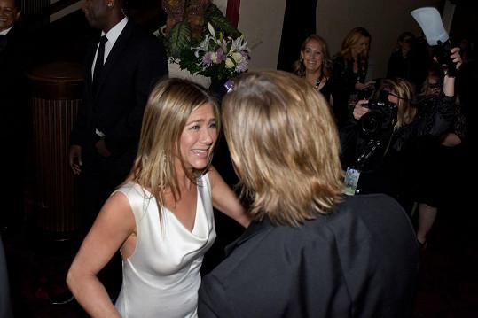 """""""Moment dvou skvělých lidí na vrcholu, kteří vzájemně uznávají své úspěchy a jednoduše se rádi vidí,"""" popsala setkání Aniston a Pitta fotografka Emma McIntyre."""