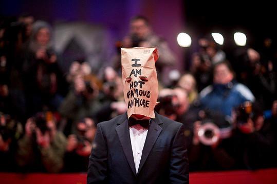 """Shia LaBeouf a jeho papírová taška s nápisem """"už nejsem slavný"""""""