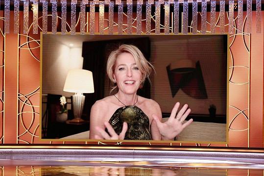 Gillian Anderson se z vítězství zaradovala v pražském hotelu.