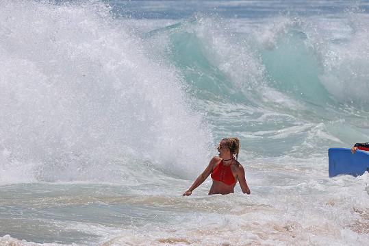 Odvážná zpěvačka si šla na Havaji zaplavat do rozbouřeného oceánu.