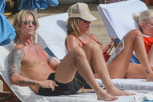 Duff McKagan na svou manželku Susan Holmes u bazénu dohlížel.
