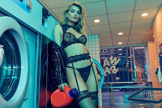 Modelka Bregje Heinen pózuje u praček.