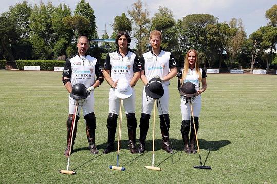Tým, s nímž se Harry zúčastnil charitativního póla: zleva Michael Carrazza, Nacho Figueras, princ Harry a Sarah Siegel-Magness
