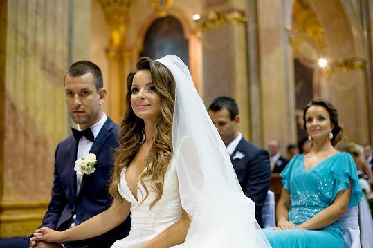 Veronika Nízlová zvolila princeznovské šaty s hlubokým dekoltem. Svědčila jí sestra Daniela.