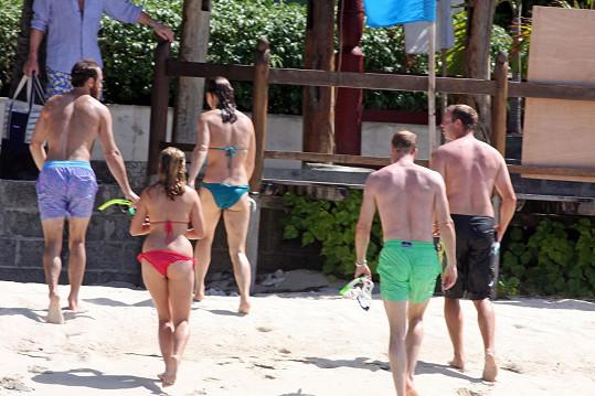 Pippa (uprostřed) byla na pláži největší hvězdou ze sestavy prominentních hostů.