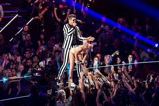 Po tomto vystoupení v roce 2013 začali Miley srovnávat s krocanem.