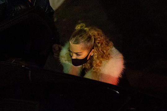 Rita Ora se omluvila za narozeninové setkání s přáteli, jehož se navzdory karanténě zúčastnila.