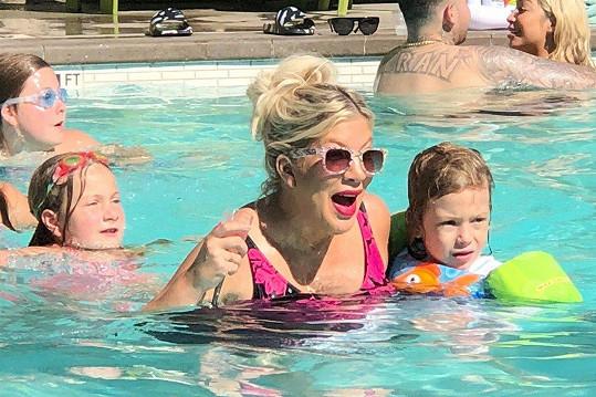 Herečka vyrazila s rodinkou k bazénu.