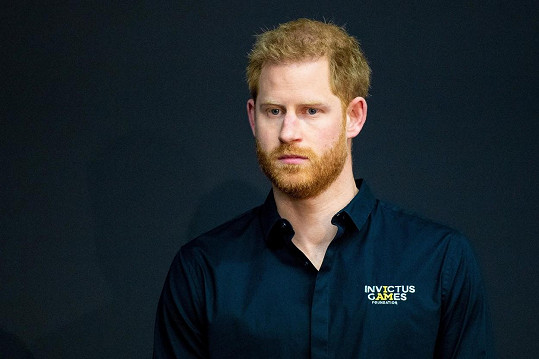 Princ Harry v neděli dorazil do Londýna. Z USA přiletěl bez manželky Meghan.