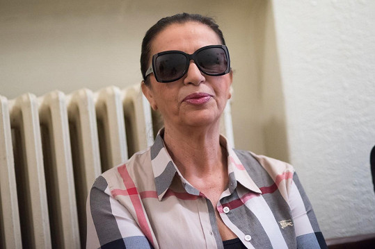 Nora Mojsejová na fotce ze soudu