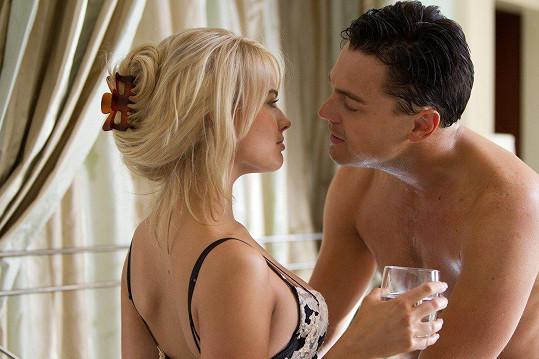 Margot Robbie a Leonardo DiCaprio ve filmu Vlk z Wall Street (2014)