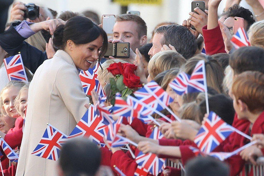 Britové ji přivítli vlajkami.