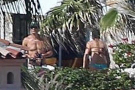 Jennifer s manželem Justinem Therouxem v mexickém Cabo San Lucas