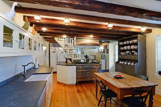 V kuchyni nechybí přírodní materiály.
