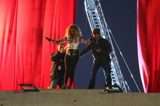 Dublérku použila zpěvačka na seskok z budovy.
