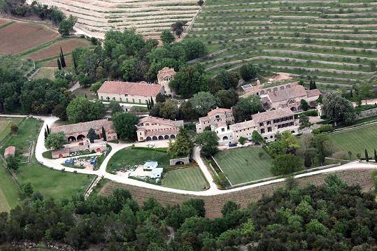 Panství Chateau Miraval na jihu Francie, k němuž patří rozsáhlé vinice. Tady rodina žila.