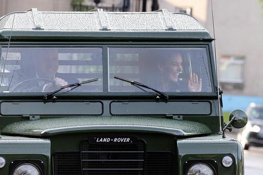 Do paláce v Edinburghu dorazili ve veteránu.