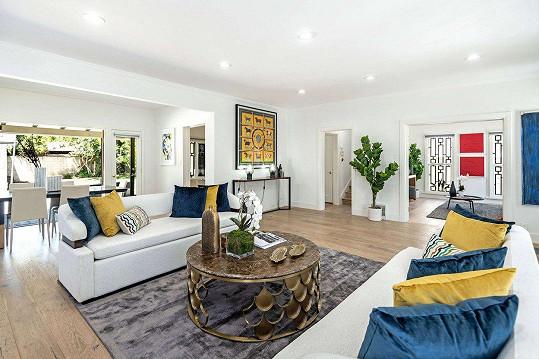 Dům nabízí velkorysé světlé prostory.