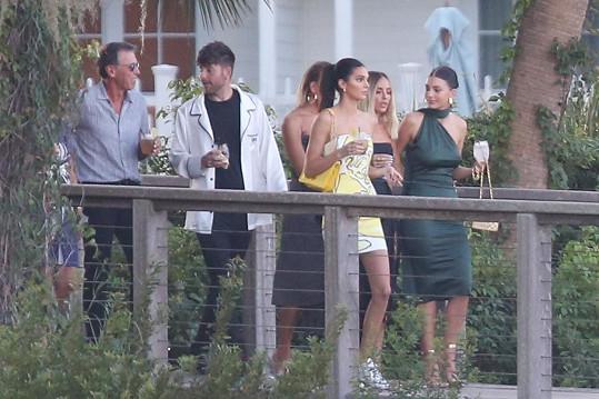 Svatební hosté v čele s Kendall Jenner (žluté šaty)