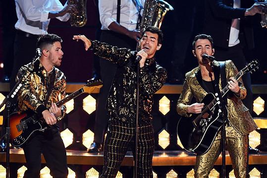 Kapele Jonas Brothers se na Grammy díky Nickovi (vlevo) dostalo velké pozornosti.