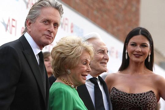 Michael Douglas s manželkou Catherine Zeta-Jones a rodiči Kirkem Douglasem a Dianou Dill