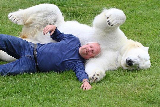 Mazlení s ledním medvědem, proč ne?