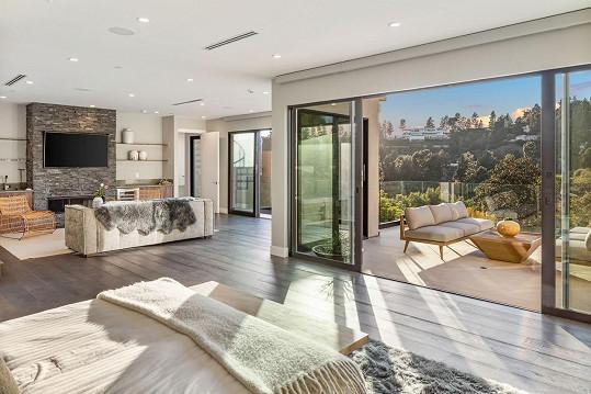 Obývací místnost poskytuje velkorysý prostor s výhledem