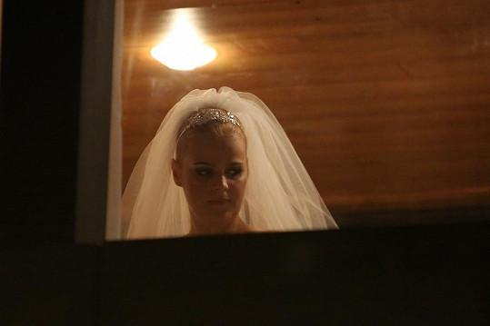 Vdávala se v bílých šatech se závojem a čelenkou.