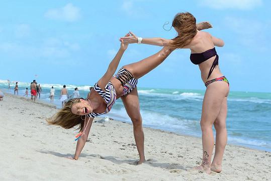 Hlavně přirozeně. Jennifer Nicole Lee se pokoušela s kamarádkou na pláži cvičit jógu, ale moc se jim to nedařilo.