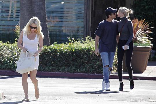 Pamela Anderson vzala syna a jeho slečnu na oběd.