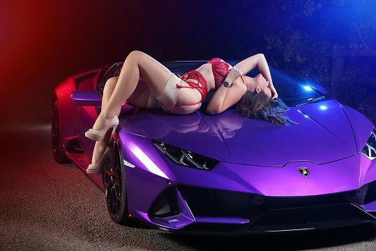 Na peníze je opatrná, ale sen o fialovém Lamborghini si splnila.