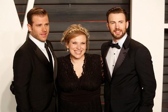 Loni vzal Chris na Oscary bratra Scotta a sestru Carly.