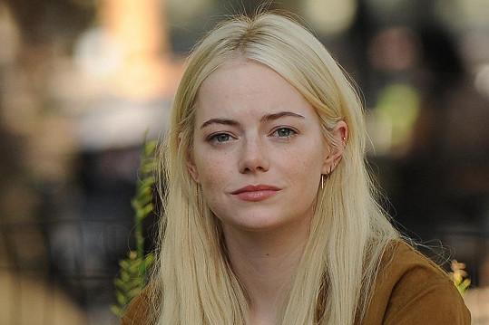 V seriálu Maniac se objevila jako blondýnka, teď si užije černobílých vlasů v roli Cruelly.