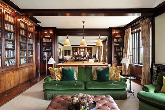 Obývací pokoj plynule přechází v knihovnu.
