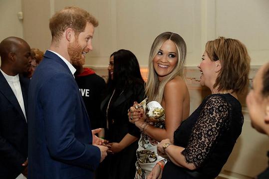 Maminka Ritu doprovází na akce a šla s ní i na událost, kde se potkaly s princem Harrym.
